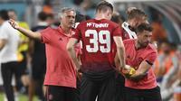 Pelatih Manchester United, Jose Mourinho, memberikan arahan kepada Scott McTominay saat melawan Real Madrid pada laga ICC 2018 di Miami Gardens, Rabu (1/8/2018). Manchester United menang 2-1 atas Real Madrid. (AP/Jim Rassol)