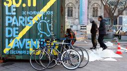 "Para Seniman saat menyiapkan sebuah tempat pameran seni yang bernama "" Paris de L' Avenir "", Paris, Perancis, (26/11). Konferensi Perubahan Iklim Dunia 2015 (COP21) akan dilaksanakan pada 30 November nanti. (REUTERS/Eric Gaillard)"