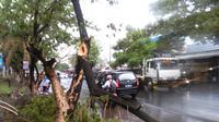 Hujan sesaat disertai angin kencang mengguyur Kota Makassar, Jumat (27/11/2015) siang mengakibatkan sejumlah pohon tumbang dan genangan air di sepanjang Jalan Perintis Kemerdekaan Km 10. (Liputan6.com/Ahmad Yusran)