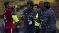 Gelandang Timnas Indonesia, Evan Dimas, mendapat instruksi dari Luis Milla saat melawan Kamboja pada laga SEA Games di Stadion Shah Alam, Selangor, Kamis (24/8/2017). (Bola.com/Vitalis Yogi Trisna)