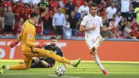 Spanyol kembali menambah gol pada menit ke-76. Memanfaatkan umpan jauh, Ferran Torres yang berdiri di sisi kanan lapangan menusuk ke kotak penalti dan memperdaya kiper Kroasia, Dominik Livakovic. (Foto: AP/Pool/Jonathan Nackstrand)