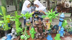 Murid-murid kelas VIII membuat kerajinan tangan dari limbah plastik dan kardus di SMP Negeri 20 Kota Tangerang Selatan, Kamis (10/10/2019). Kegiatan mata pelajaran dalam program Gerakan Sekolah Menyenangkan tersebut sudah berjalan selama 6 bulan. (merdeka.com/Arie Basuki)