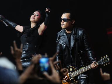 Vokalis band Kotak Tantri bersama Mario Marcella tampil memukau di The Biggest Concert Long Live Kotak x Anggun di Studio6 Emtek City, Jakarta, Rabu (23/11). Konser ini juga bagian perayaan 12 tahun Kotak berkarya. (Liputan6.com/Helmi Fithriansyah)