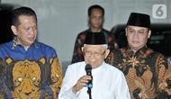 Wakil Presiden terpilih Ma'ruf Amin (tengah) memberi keterangan usai bertemu Pimpinan MPR di kediamannya, Jalan Situbondo, Jakarta, Selasa (15/10/2019). Pimpinan MPR mengunjungi kediaman Ma'ruf Amin untuk mengantarkan undangan pelantikan Presiden dan Wakil Presiden. (merdeka.com/Iqbal Nugroho)