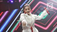 """Aksi panggung penyanyi Siti Badriah tampil dalam malam puncak Hut SCTV ke-28 di ICE BSD, Tangerang, Jumat (24/8). Dalam penampilannya mereka membawakan lagu berjudul """"Lagi Syantik"""". (Liputan6.com/Faizal Fanani)"""
