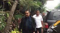 Sekretaris Daerah Papua Hery Dosinaen (baju putih) memenuhi panggilan Polda Metro Jaya. (Merdeka.com/ Ronald)