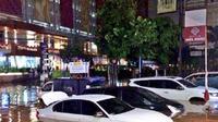Banjnir di depan Tamani, Jalan Kemang Raya, Jakarta Selatan. (@ivanmarchius)