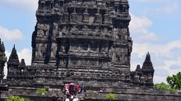 Suasana prosesi Tawur Agung di Candi Prambanan, Klaten, Jateng, Jumat (16/3). Prosesi Tawur Agung ini diikuti oleh ribuan umat Hindu. (Liputan6.com/Gholib)