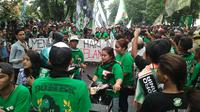 Sekitar 10 ribu Bonek Mania melakukan aksi turun ke jalan saat sidang terakhir sengketa hak atas nama dan logo Persebaya, Kamis (30/6/2016). (Bola.com/Fahrizal Arnas)