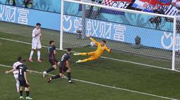 Spanyol baru bisa membalasnya pada menit ke-38. Memanfaatkan bola rebound dari tendangan Jose Gaya yang berawal dari kemelut di depan gawang Kroasia, Pablo Sarabia berhasil membobol gawang Kroasia.  (Foto: AP/Pool/Wolfgang Rattay)