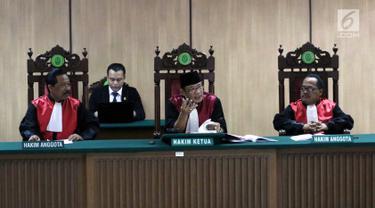 Hakim Ketua Mulyadi dan Hakim Anggota Salman Alfaris serta Sugiyanto memimpin sidang perdana peninjauan (PK) kembali Basuki Tjahaja Purnama atau Ahok di Gedung PN Jakarta Utara, Senin (26/2). Agenda sidang pemeriksaan berkas. (Liputan6.com/Arya Manggala)