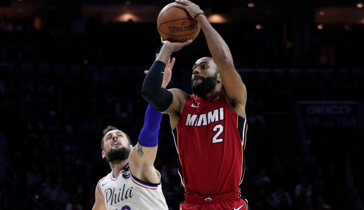 Pemain Miami Heat, Wayne Ellington (kanan) mencoba memasukan bola saat diadang pemain Philadelphia 76ers, Marco Belinelli pada NBA basketball playoff series di Wells Fargo Center, Philadelphia, (16/4/2018). Heat menang 113-103. (AP/Chris Szagola)