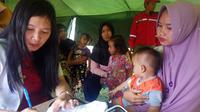 dr Yessica mencatat keluhan dari balita selama terpapar kabut asap di Pulau Rupat. (Liputan6.com/M Syukur)