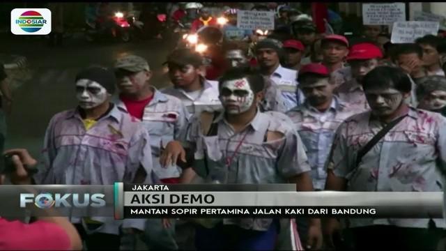 Tuntut hak-haknya sebagai pekerja, mantan sopir truk Pertamina jalan kaki dari Bandung ke Jakarta sambil mengenakan kostum zombie.
