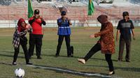 Walikota Risma tendang bola (Liputan6.com/Dian Kurniawan)