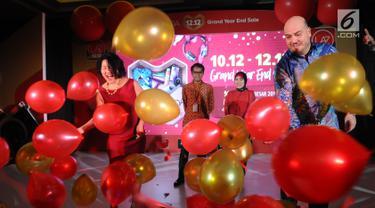 CEO Lazada Indonesia Alessandro Piscini (kanan) bersama Chief Marketing Officer Lazada Indonesia Monika Rudijono (kiri) menusukkan jarum ke balon tanda diluncurkannya Lazada 12.12 Grand Year End Sale di Jakarta, Selasa (4/12). (Liputan6.com/Angga Yuniar)