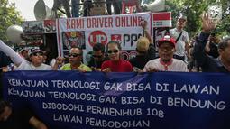 Puluhan driver online membentangkan spanduk saat unjuk rasa di depan Kemenhub, Jakarta, Senin (22/1). Dalam aksinya mereka menolak PM 108 Tahun 2017 mengenai besaran tarif yang harus sesuai dengan agrometer taksi daring.  (Liputan6.com/Faizal Fanani)