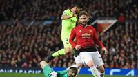 Kiper Man United, De Gea melakukan penyelamatan pada leg 1, babak perempat final Liga Champions yang berlangsung di Stadion Old Trafford, Manchester. Kamis (11/4). Barcelona menang 1-0 atas Man United. (AFP/Oli Scarff)