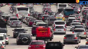 Membludaknya volume kendaraan dan lambatnya transaksi masih menjadi penyebab utama menumpuknya kendaraan.