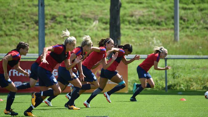 Para pemain wanita Inggris saat mengikuti sesi latihan selama turnamen sepak bola UEFA Women's Euro 2017 di Utrecht, Belanda (18/7). Timnas Inggris berada di grup D bersama Skotlandia, Spanyol, Portugal. (AFP Photo/Daniel Mihailescu)