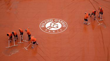 Sibuknya Para Pekerja Mengepel Lapangan di Turnamen Prancis Terbuka