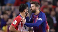Bek Barcelona, Gerard Pique, berusaha menahan striker Atletico Madrid, Diego Costa, usai dikartu merah wasit pada laga La Liga di Stadion Camp Nou, Sabtu (6/4). Barcelona menang 2-0 atas Atletico Madrid. (AP/Manu Fernandez)
