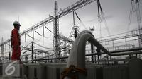 Pekerja tengah memasang Trafo IBT 500,000 Kilo Volt di Gardu induk PLN Balaraja, Banten, Kamis (16/12). (Liputan6.com/Angga Yuniar)