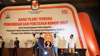 Bobby-Aulia menunjukkan nomor urut Pilwalkot Medan 2020.