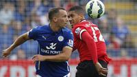 Gelandang Leicester City, Danny Drinkwakter (kiri). (AFP/Ian Kington)