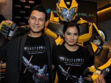 Pasangan selebriti Christian Sugiono dan Titi Kamal saat ditemui di UOB Plaza, Jakarta, Kamis (2/7/2015). Tian dan Titi didapuk sebagai pengisi suara salah satu karakter 'Transformers: Age of Extinction' ke bahasa Indonesia. (Liputan6.com/Faisal R Syam)