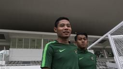 Pemain Timnas Indonesia, Evan Dimas dan Febri Hariyadi, bersiap mengikuti latihan di Stadion Madya, Jakarta, Minggu (11/11). Latihan ini persiapan jelang laga Piala AFF 2018 melawan Timor Leste. (Bola.com/Vitalis Yogi Trisna)