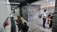 Warga mencairkan dana bantuan sosial tunai (BST) di ATM Bank DKI kawasan Matraman, Jakarta, Rabu (21/7/2021). BST disalurkan melalui rekening Bank DKI sebesar Rp 600 ribu per KK yang merupakan rapelan tahap 5 dan 6 atau bulan Mei dan Juni. (merdeka.com/Iqbal S. Nugroho)