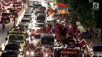 Sejumlah remaja naik berada di atas bus saat melakukan pawai untuk memeriahkan malam takbiran di sepanjang Jalan Mas Mansyur, Tanah Abang, Jakarta Pusat, Kamis (14/6) malam. (Liputan6.com/Johan Tallo)