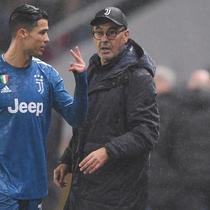 Penyerang Juventus, Cristiano Ronaldo menegur pelatih Maurizio Sarri yang menariknya keluar selama pertandingan melawan Lokomotiv Moscow pada Grup D Liga Champions di stadion RZD Arena, Rusia (6/11/2019). Ronaldo ditarik keluar saat Juventus masih bermain imbang 1-1. (AFP Photo/Kirill Kudryavtsev)