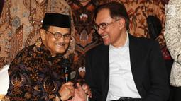 Presiden ke-3 RI Bacharuddin Jusuf Habibie berbincang dengan mantan Wakil PM Malaysia Anwar Ibrahim di kediamannya di Jakarta Selatan, Minggu (20/5). Dalam petemuan tertutup tersebut salah satunya membahas agenda reformasi. Liputan6.com/Angga Yuniar)