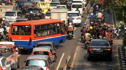 Beberapa kendaraan nekat melintasi jalur bus Transjakarta di jalan Kramat Raya, Jakarta (22/6/2016). Pemprov DKI Jakarta harus membuat kebijakan atau terobosan radikal untuk segera mengatasi kemacetan di Jakarta. (Liputan6.com/Helmi Fithriansyah)