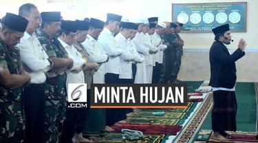 Presiden Jokowi beserta sebagian menteri dan pejabat negara menjalankan salat Istisqa atau salat meminta hujan di Riau sebelum meninjau lokasi kebakaran hutan.