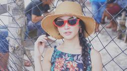 Bintang sinetron Cinta Karena Cinta tampil trendi dengan kacamata berlensa gelap berbentuk semangka. Perpaduan busana summer dengan kacamatanya ini terlihat serasi dan manis. (Liputan6.com/IG/@gabriellalarasati)