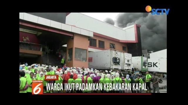 Kepanikan terjadi saat kebakaran di Pelabuhan Nizam Zachman, Muara Baru. Beberapa karyawan pabrik dan gudang di sekitar lokasi bahkan jatuh pingsan.