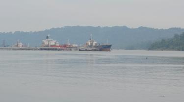 Kapal buang sauh menunggu antrean di kawasan Pelabuhan Tanjung Intan, Cilacap, Jawa Tengah. (Foto: Liputan6.com/Muhamad Ridlo)