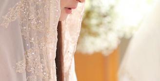 Pernikahan Nabila Syakieb dan kekasih,  Reshwara Argya Radinal hanya tinggal menghitung hari. Sebelum hari spesial itu datang, Nabila Syakieb dan keluarga mengadakan acara pengajian dan siraman. (Ruben Silitonga/Bintang.com)