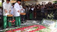 Prabowo dan Sandiaga berziarah ke makan Gus Dur di Pesantren Tebuireng. (Merdeka.com/Muhammad Genantan Saputra)