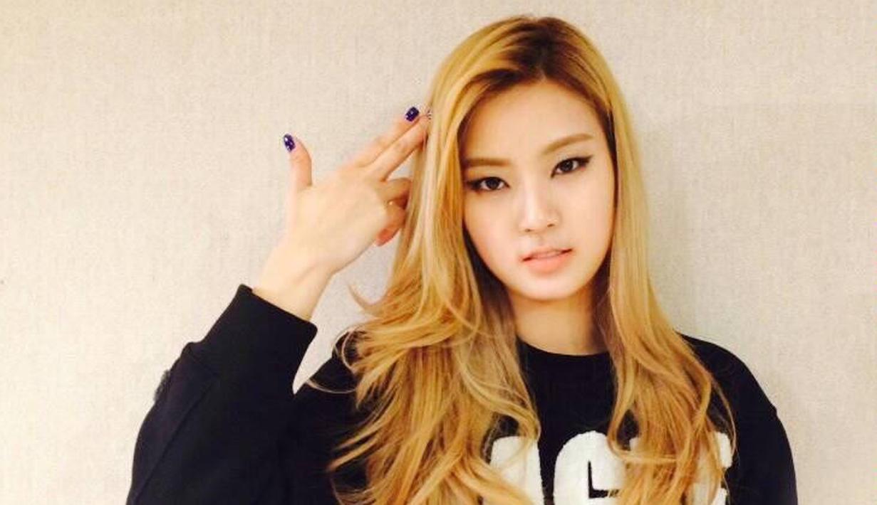 Sonamoo memang tidak seberapa terkenal seperti SNSD, namun girlband ini punya rapper yang sangat berbakat. Ia adalah D.ana. Tak hanya punya wajah yang cantik, ia juga punya skill rap yang patut diacungi jempol. (Foto: soompi.com)