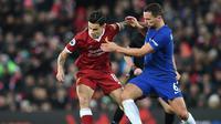 Gelandang Liverpool, Philippe Coutinho, berebut bola dengan pemain Chelsea, Danny Drinkwater pada pertandingan Premier League, di Old Trafford, Sabtu (25/11/2017). (AFP/Paul Ellis).