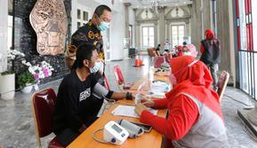 Wali Kota Semarang, Hendrar Prihadi meninjau kegiatan peringatan May Day pada masa pandemi COVID-19 yang diisi dengan pemberian vaksin kepada para buruh.