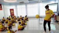 Sosialisasi Youth Juggling Fun Competition di Boyolali, ikut dihadiri oleh bintang PSIS Semarang, Septian David Maulana (kanan) , Sabtu (28/11/2020). (Bola.com/Vincentius Atmaja)