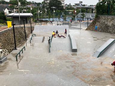Aktivitas pengunjung di area Alun-alun Kota Depok, Jawa Barat, Senin (24/2/2020). Meskipun memasuki musim hujan, namun Alun-alun Kota Depok masih menjadi pilihan bagi sebagian warga untuk berolahraga dan berekreasi. (Liputan6.com/Immanuel Antonius)