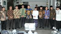 Ketua MPR Bambang Soesatyo (kelima kiri) didampingi Pimpinan MPR lainnya memberi keterangan usai menggelar pertemuan dengan Wakil Presiden terpilih Ma'ruf Amin (kelima kanan) di Jalan Situbondo, Jakarta, Selasa (15/10/2019). (merdeka.com/Iqbal Nugroho)