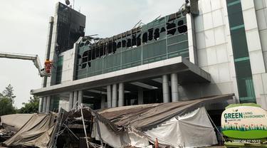 Petugas Badan Penanggulangan Bencana Daerah (BPBD) memastikan tidak ada korban jiwa dalam kebakaran yang melanda gereja Christ Cathedral di kawasan Paramount Serpong, Kabupaten Tangerang.