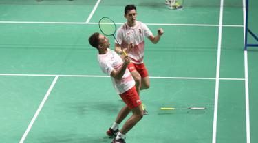 Pasangan Indonesia, Fajar Alfian/M Rian Ardianto, saat melawan wakil Jepang, Takuto Inoue/Yuki Kaneko, pada laga Asian Games di Istora, Jakarta, Selasa (21/8/2018). Fajar/Rian menang 21-10, 21-10. (Liputan6.com/Helmi Fithriansyah)
